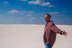 Hombre caucásico con los brazos abiertos, soportes en desierto foto de archivo libre de regalías