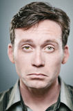 Hombre caucásico con una expresión que pone mala cara Foto de archivo libre de regalías