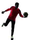 Hombre caucásico del portero del jugador de fútbol que golpea la silueta de la bola con el pie Imagen de archivo libre de regalías