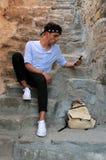 Hombre caucásico joven con Iphone Fotos de archivo