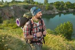 Hombre caucásico joven con la mochila que camina en Imágenes de archivo libres de regalías