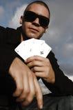 Hombre caucásico joven con las tarjetas del as Fotos de archivo libres de regalías