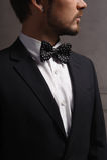 Hombre caucásico joven del pelo oscuro en traje Imagenes de archivo