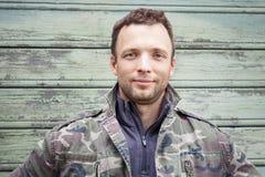 Hombre caucásico joven en camuflaje Retrato al aire libre Fotos de archivo