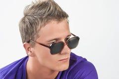 Hombre caucásico joven en lentes que mira fijamente lejos Fotos de archivo libres de regalías