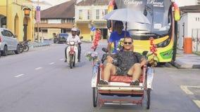 Hombre caucásico joven en paseo del carrito, Malasia - 22 de agosto de 2017 almacen de metraje de vídeo