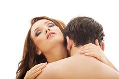Hombre caucásico que besa el cuello de la mujer Imagen de archivo