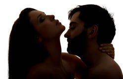 Hombre caucásico que besa el cuello de la mujer Fotos de archivo libres de regalías