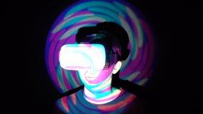 Hombre caucásico que experimenta la realidad virtual, jugando a los videojuegos usando las auriculares del vr almacen de metraje de vídeo
