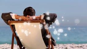 hombre caucásico que se sienta en silla de cubierta delante del mar con la animación de la luz de la burbuja metrajes