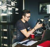 Hombre caucásico que trabaja en lanzamiento imagenes de archivo