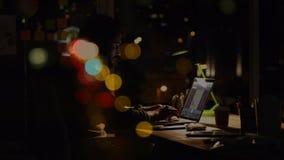 Hombre caucásico que trabaja sobre el ordenador portátil por noche con la animación bubbble