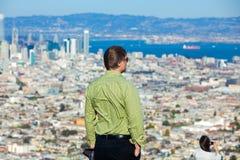 Hombre caucásico que ve San Francisco del top de picos gemelos Imágenes de archivo libres de regalías