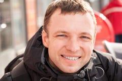 Hombre caucásico sonriente de los jóvenes en la estación fría Fotografía de archivo