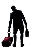 Hombre caucásico de las hojas de ruta (traveler) de asunto cansado Imagen de archivo libre de regalías