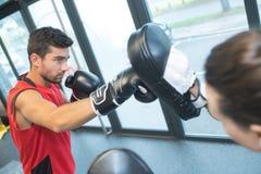 Hombre centrado en práctica del boxeo fotografía de archivo libre de regalías
