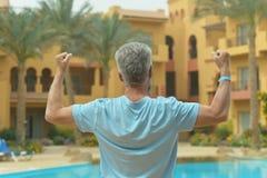 Hombre cerca de la piscina Fotografía de archivo