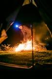 Hombre cerca del fuego del campo Foto de archivo libre de regalías
