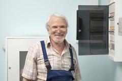 Hombre cerca del metro de la luz eléctrica Fotos de archivo libres de regalías