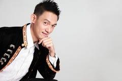 Hombre chino asiático que sostiene el papel de la tarjeta a mano, Año Nuevo chino encendido Imagen de archivo