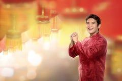 Hombre chino joven en el traje del cheongsam que se coloca con el lanter de la ejecución Fotografía de archivo libre de regalías