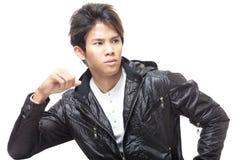 Hombre chino joven hermoso en chaqueta de cuero negra imagen de archivo