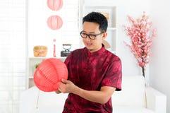 Hombre chino que adorna la casa Fotos de archivo