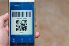 Hombre chino que prepara un pago vía código de QR Imagenes de archivo