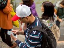 Hombre chino que usa smartphone Fotografía de archivo