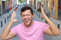 Hombre chistoso que ríe al aire libre cercano para arriba foto de archivo