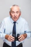 Hombre chocado con los prismáticos Imagen de archivo libre de regalías