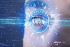 Hombre cibernético con el ojo technolgy que mira en el iris azul stock de ilustración