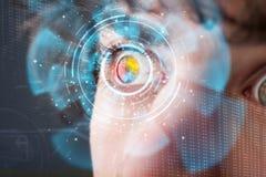 Hombre cibernético moderno futurista con el panel del ojo de la pantalla de la tecnología Fotografía de archivo libre de regalías