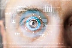 Hombre cibernético moderno futurista con el panel del ojo de la pantalla de la tecnología Imagenes de archivo
