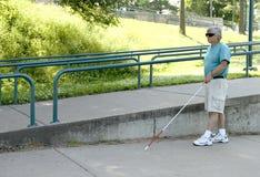 Hombre ciego discapacitado con el bastón que camina foto de archivo libre de regalías