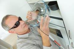 Hombre ciego maduro que toma el cuenco en cocina Fotos de archivo