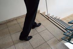 Hombre ciego que camina cerca de la escalera Fotos de archivo