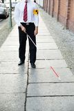 Hombre ciego que camina en la acera Foto de archivo libre de regalías