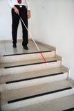 Hombre ciego que se mueve abajo en la escalera Fotos de archivo