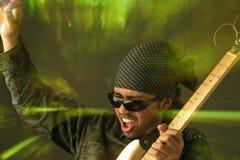 Hombre cobarde de la guitarra imagen de archivo libre de regalías