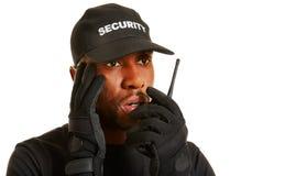 Hombre como guardia de seguridad que da la alarma Imagen de archivo libre de regalías