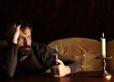 Hombre con alcohol foto de archivo