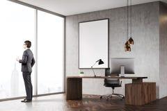 Hombre con café en oficina del CEO con la ventana y el cartel panorámicos Fotos de archivo