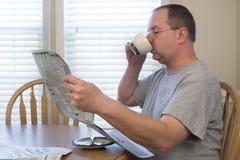 Hombre con café y el periódico Imagen de archivo libre de regalías