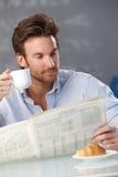 Hombre con café y papeles de mañana Fotos de archivo libres de regalías