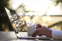 Hombre con concepto del ordenador portátil y del correo electrónico imágenes de archivo libres de regalías