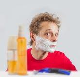 Hombre con crema de afeitar Fotografía de archivo libre de regalías
