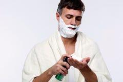 Hombre con crema de afeitar Fotos de archivo