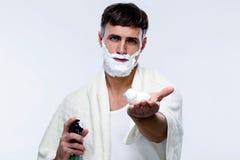 Hombre con crema de afeitar Foto de archivo libre de regalías