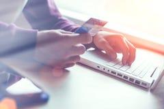 Hombre con de la tarjeta de crédito y la computadora portátil Pago y transferencia monetaria del web foto de archivo libre de regalías